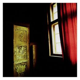 Le rideau rouge et l'armoire verte, 2010, Jeanne Fredac © Adagp, Paris, 2021